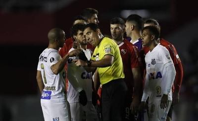 HOY / Independiente y Santos, con uno menos, se sacan chispas en primer duelo