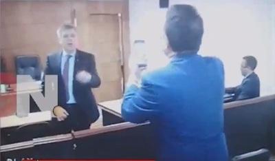 Video muestra cruce de golpes entre abogados