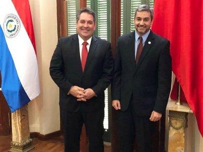Marito colgó  bandera  de la ANR en  despacho del Palacio