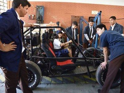 Alumna derriba prejuicios reparando autos en expo del Técnico Nacional