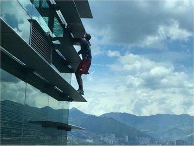 """El """"Spiderman ruso"""" es arrestado tras escalar un edificio en Medellín"""