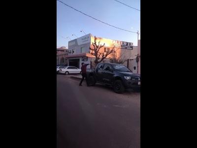 Reventó con un palo la camioneta del compañero de su señora