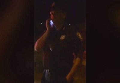 Policías huyen al ser filmados