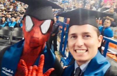 Spiderman se gradúa de abogado y se lo dedica a su madre