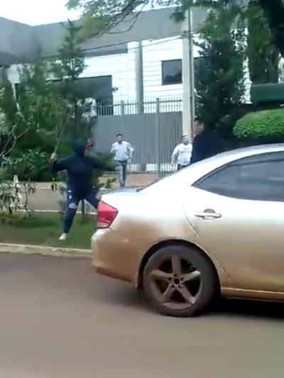Hurreros de Zacarías atacan  con furia a los manifestantes