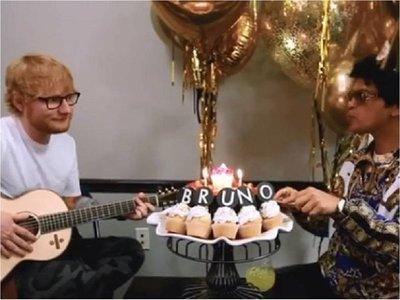 Ed Sheeran le canta cumpleaños feliz a Bruno Mars