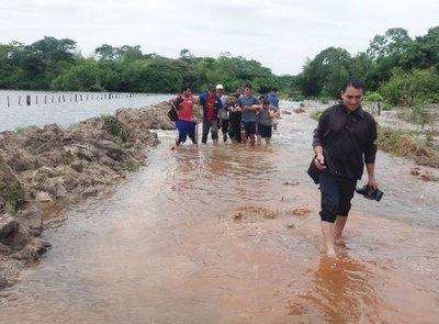 Urgen solución para vía inundada