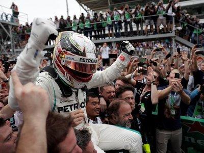 Hamilton gana y Mercedes festeja el Mundial de constructores
