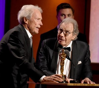 """Schifrin recibe Óscar de manos de Clint Eastwood: """"¡Misión cumplida!"""""""