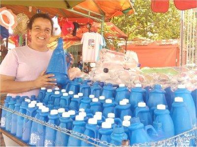 Mujer prepara 1.500 botellas para que se lleve agua del Tupãsy Ykua
