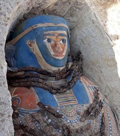 Egiptohalla ocho sarcófagos con momias