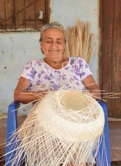 Toda una vida en el arte de tejer el tradicional sombrero de karanda'y