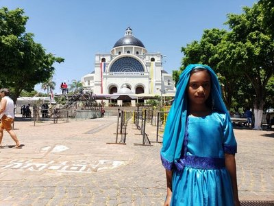 Niña llega a Caacupé vestida como la Virgencita Azul