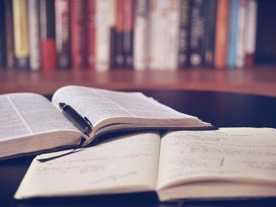 Un refugio hecho de libros para los que llegan a Grecia