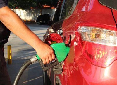 Emblemas anuncian la reducción de precios de los combustibles