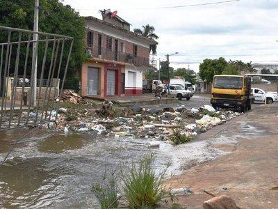 Práctica de tirar basura a raudales colapsa sumideros y poluye arroyos