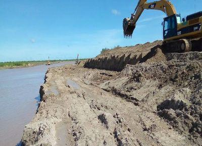 Depositan sedimento a escasos metros del canal del Pilcomayo