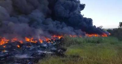 Gigantesco incendio de cubiertas viejas en Minga