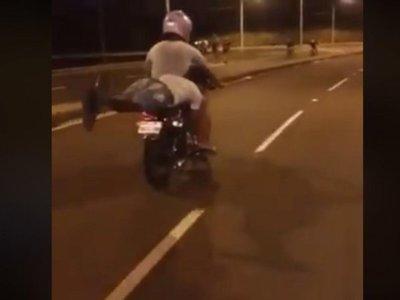 Imprudencia sobre dos ruedas: Jóvenes sin casco hacen arriesgadas piruetas