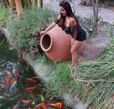 Cuerona da alimento a los pecesitos