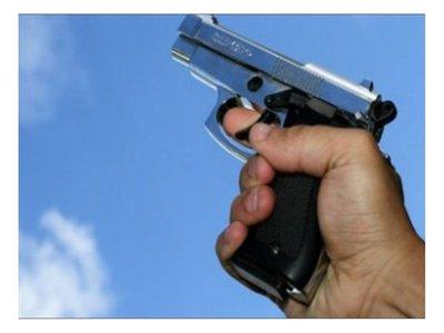 Hizo tiros al aire y la policía detuvo a su hijo