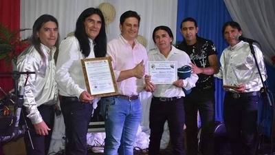 "HOY / Tras polémica, declaran ""artistas ilustres"" a The Fenders"