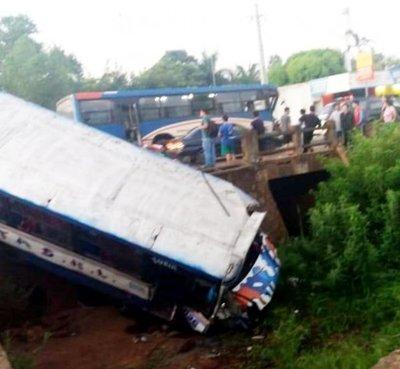 Bus chatarra cae y deja 7 heridos