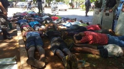 Violento desalojo deja más de 50 detenidos y varios policías heridos