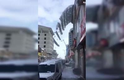 La 'cascada' de nieve que cayó sobre un auto en Turquía