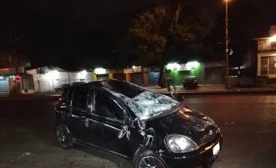 HOY / Auto vuelca y se destroza sobre Defensores del Chaco, ocupantes se salvan