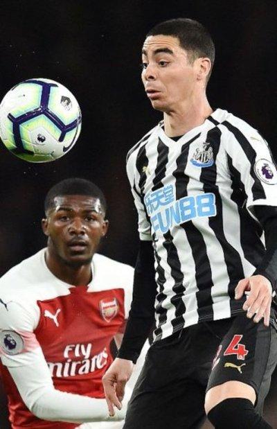 Arsenal avanza a costa del Newcastle de Almirón