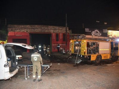 Bomberos controlan incendio de depósito y rescatan a un joven en San Lorenzo