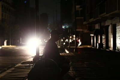 Venezolanos se abastecen de plantas eléctricas y velas en Colombia por apagones