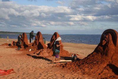 Estaciones del Vía Crucis esculpidas en arena a orillas del Paraná
