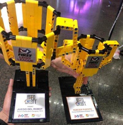 Jóvenes se destacan en robótica
