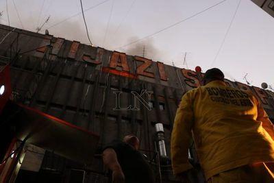 Bomberos controlan incendio de Shopping en CDE