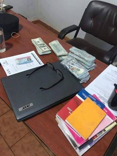 Mujer denuncia a comisario por manoseo y robo