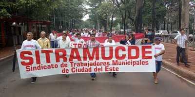 Funcionarios sindicalizados de la comuna de CDE marchan y piden varias reivindicaciones