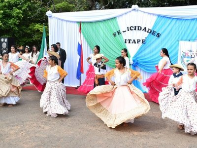 Colorido desfile por los 347 años de fundación de Itapé