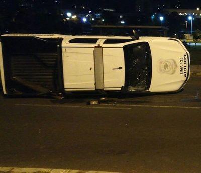 Accidente en la costanera deja policías heridos