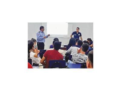 Brindan charlas sobre el uso de drogas y la ciberseguridad