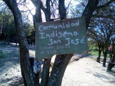 Dan clases bajo árboles, descalzos y sin abrigos en el Chaco