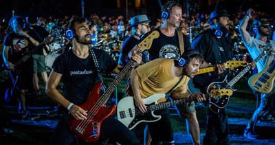 """Más de 1000 músicos se unieron para interpretar el tema """"Bitter Sweet Symphony"""" de The Verve"""