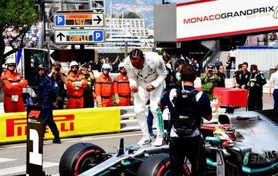 Hamilton con la pole, en 1-2 de Mercedes