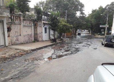 Caño roto empeora precario asfalto