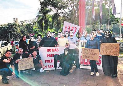Seguidores de Ulises protestan contra fiscal