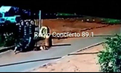 Motociclista cae a pozo en plena calle