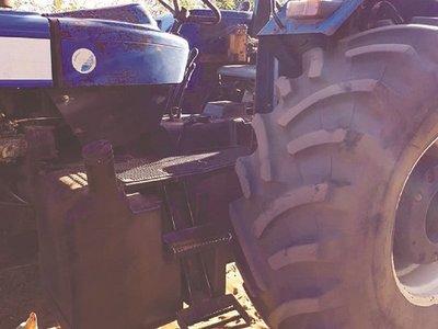 Viajaba con su marido, su ropa se trabó y le aplastó el tractor