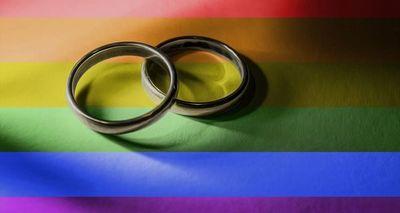 Condenan a argentina que fue detenida luego de besarse con su esposa