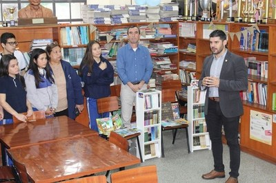 Nenecho Rodríguez continúa visitando colegios para entregar libros